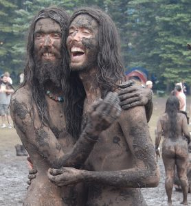 glasto festival hippies mud 1